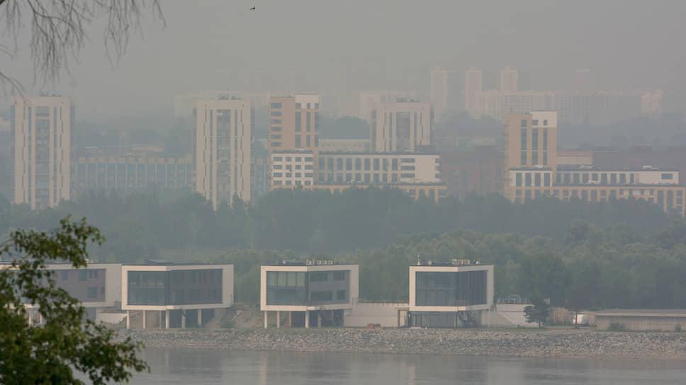 Вид на задымленный Новосибирск со стороны Оби