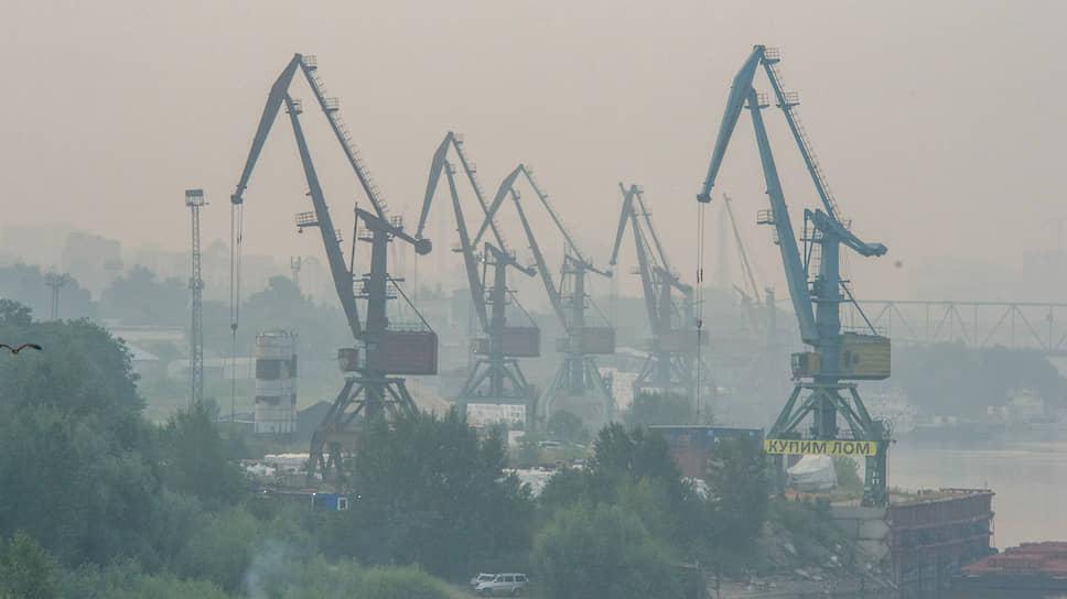 Портовые краны в речном порту Новосибирска