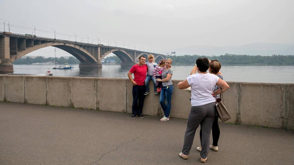 Люди фотографируются на набережной Красноярска