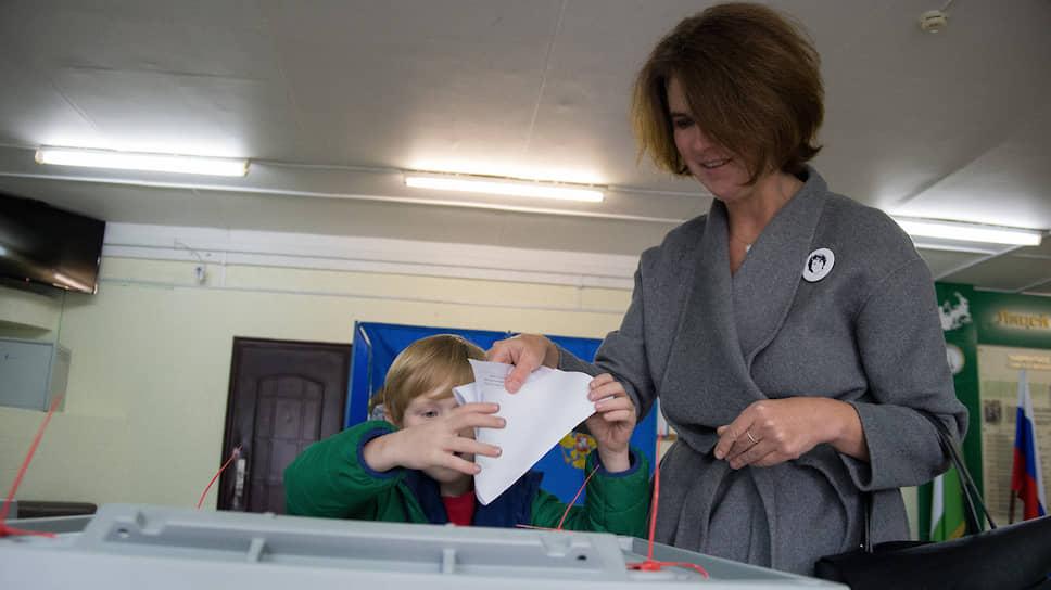 Кандидат в мэры Новосибирска Наталья Пинус голосует на избирательном участке на выборах мэра Новосибирска