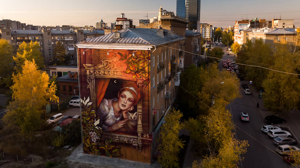Художница Марина Ягода в октябре нарисовала на фасаде здания на улице Советская в центре Новосибирска граффити с девушкой, символизирующей хранительницу Сибири. Правда, потом выяснилось, что авторпортрет, вдохновивший художницу, принадлежит жительнице Израиля Ребекке Лорд