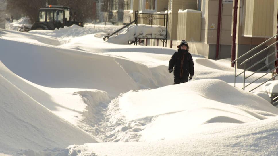 Последствия обильных снегопадов в Бийске