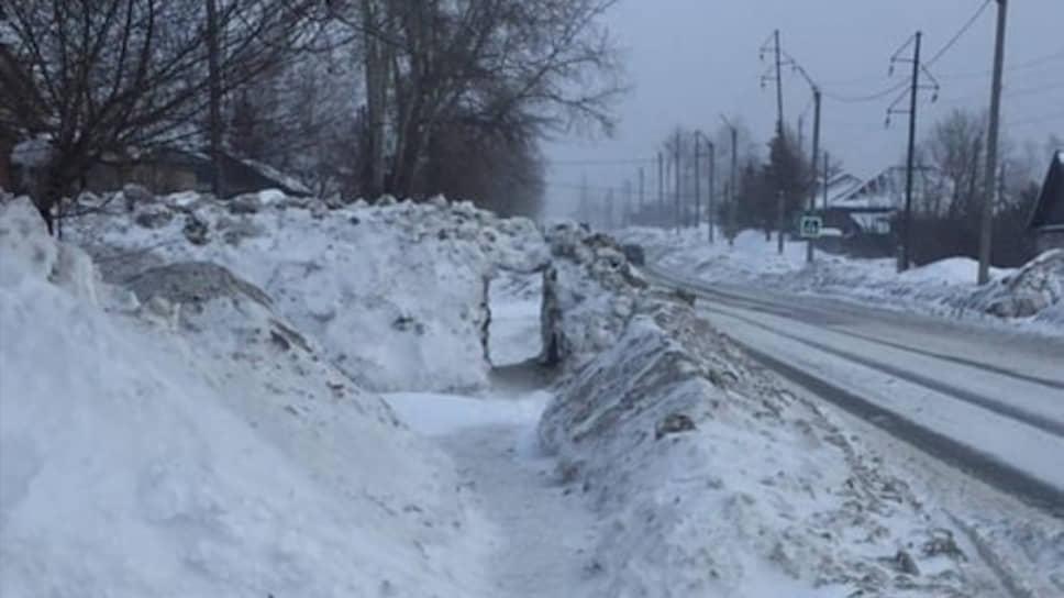 Жители Бийска  прокопали тоннель в снегу на Байкальском переулке