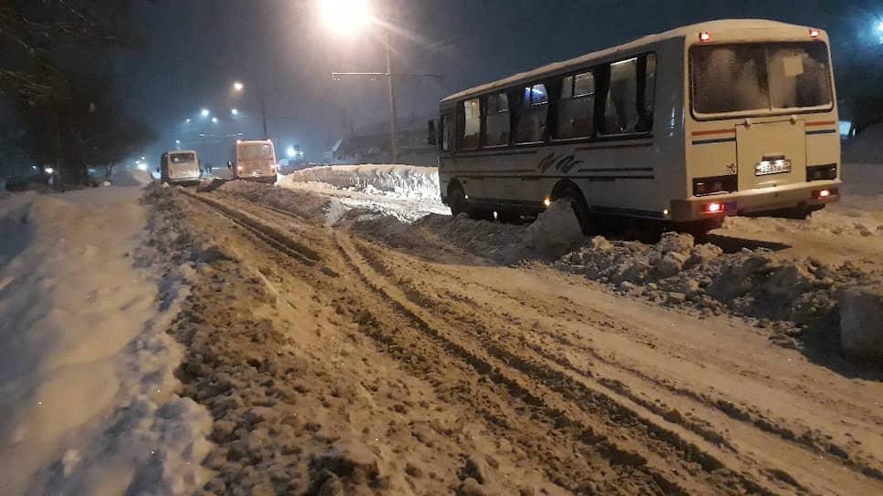 На улице Ударной в Бийске из-за сильных осадков стоят автобусы