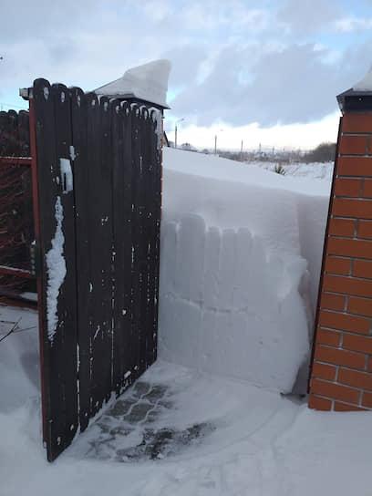 Ворота частного дома в Барнауле после сильных снегопадов