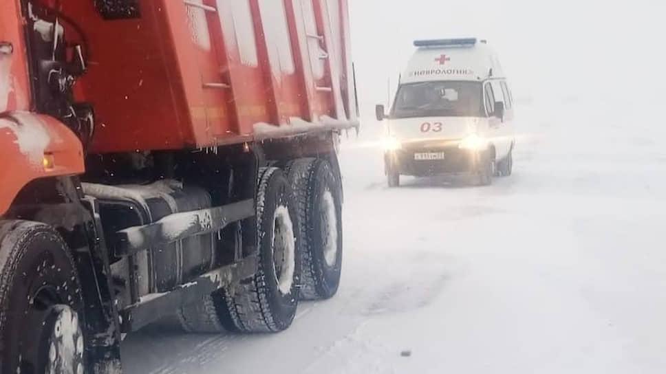 В Алтайском крае по-прежнему введен режим повышенной готовности. Работники краевого Минтранса дежурят на трассах: дорожники сопровождают автомобили