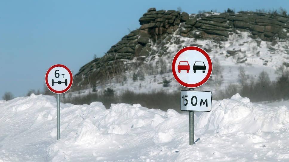 Дорожные знаки занесенные снегом на трассе Змеиногорск—Рубцовск в Алтайском крае