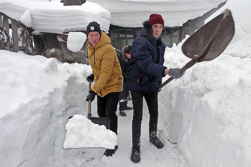 Волонтеры помогают пенсионерам в очистке придомовых территорий в центре Барнаула