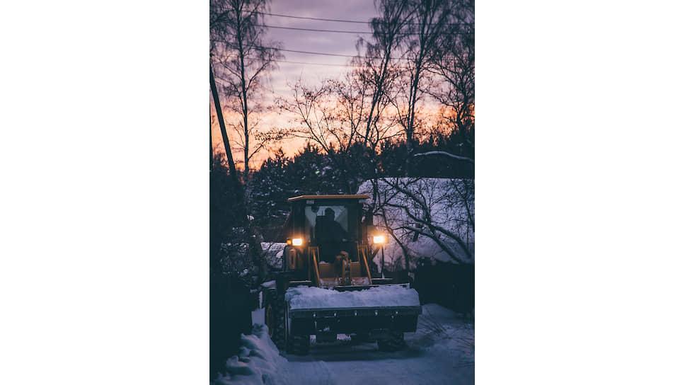 Трактор чистит дорогу в частном секторе Советского района