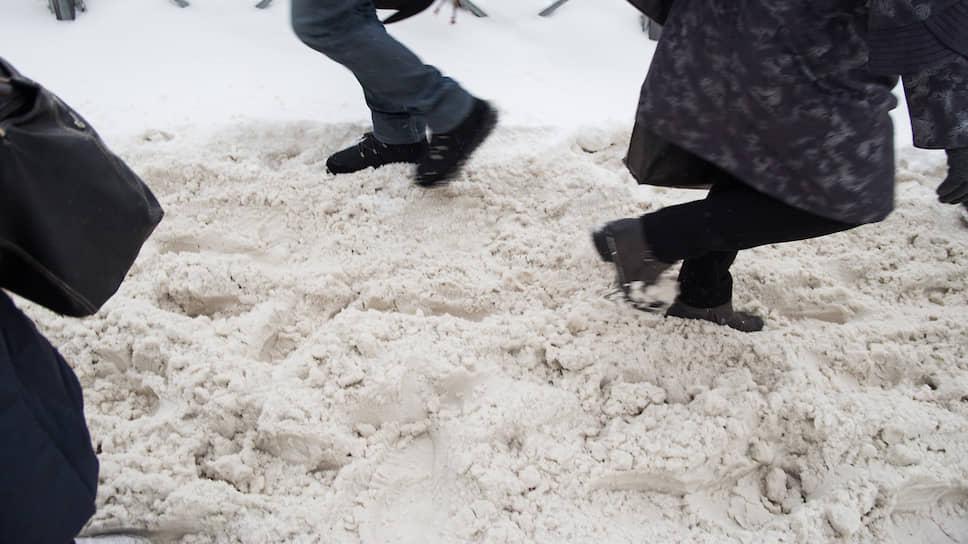 Снежная каша на тротуаре на пересечении Красного проспекта и улицы Писарева