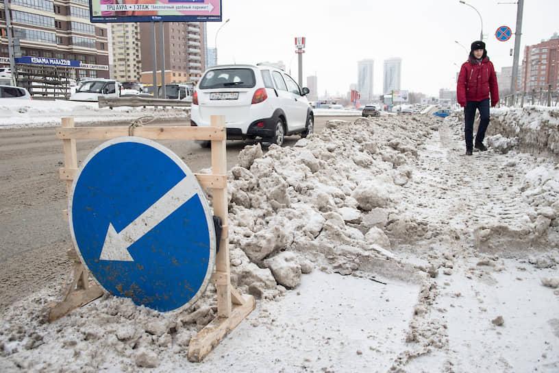 Уборка снега на Ипподромской магистрали