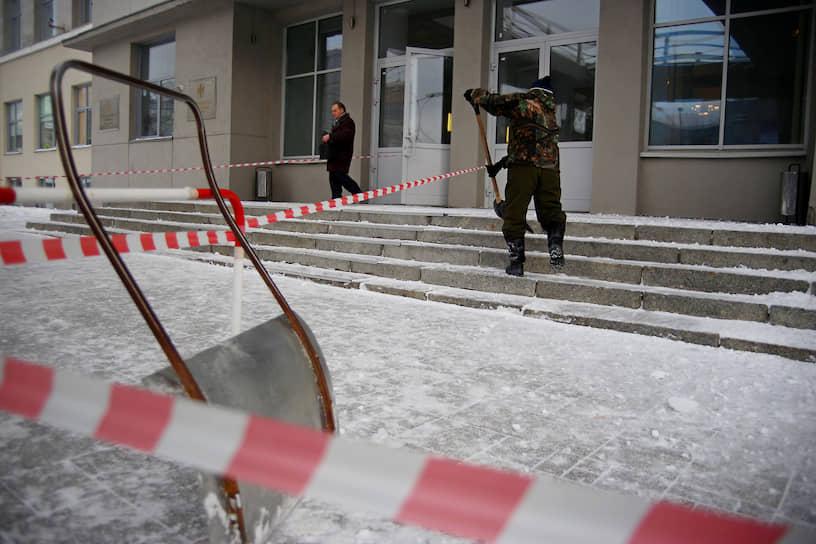 Уборка снега у здания правительства Новосибирской области