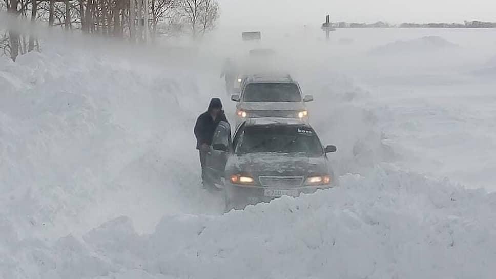 Занесенная снегом трасса в город Горняк