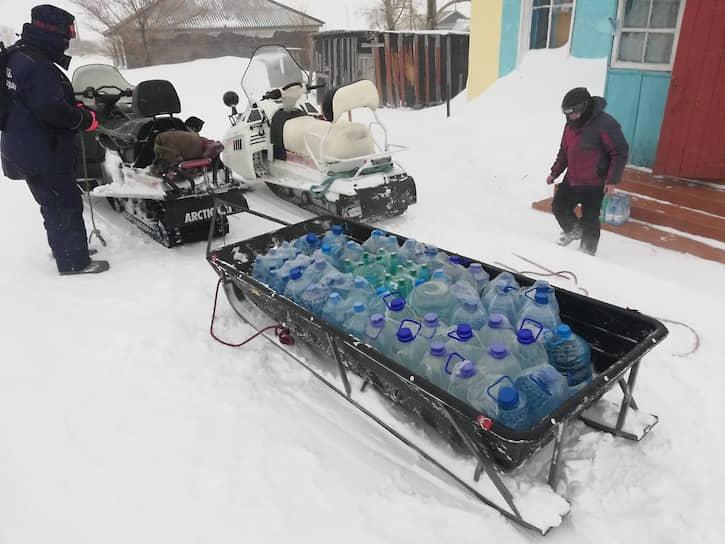 В Алтайском крае продолжают действовать ограничения на дорогах. Спасатели доставляют продукты и воду, оказывают помощь гражданам