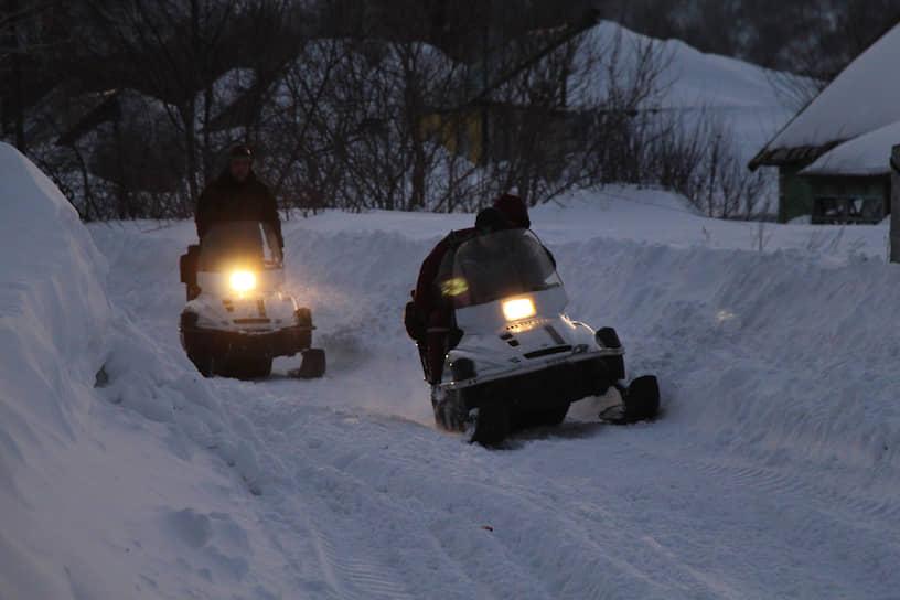 Медицинские работники добираются до больных на снегоходах