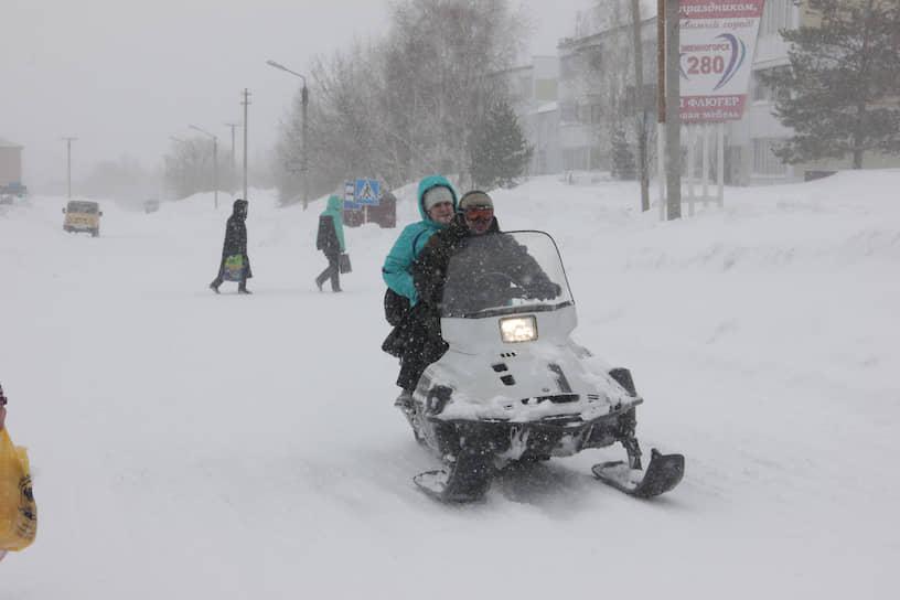 Некоторым жителям Змеиногорска приходится передвигаться на снегоходах