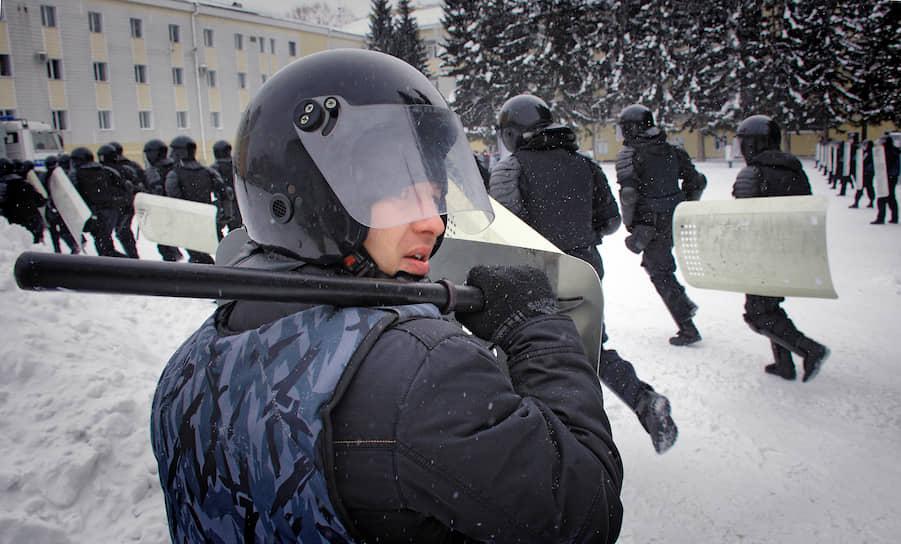 Бойцы Росгвардии во время учений по пресечению массовых беспорядков в Барнауле (Алтайский край)