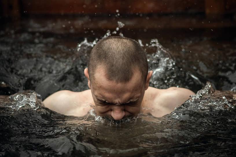 """Верующий во время <a href=""""/gallery/4225282"""">крещенских купаний</a> в исправительной колонии №18 в Новосибирске"""