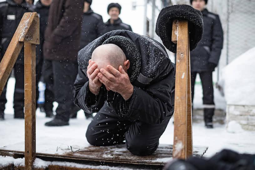 """Верующий во время <a href=""""/gallery/4225282"""">крещенских купаний</a> в новосибирской исправительной колонии №18"""