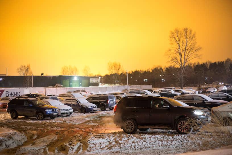 Световое загрязнение в Новосибирске. Ночной вид парковки недалеко от теплиц и аэропорта Толмачево