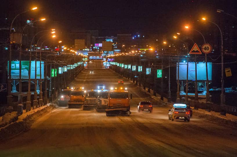 """<a href=""""/gallery/4233564"""">Уборка Коммунального моста в Новосибирске</a> после введения режима чрезвычайной ситуации из-за обильных снегопадов"""
