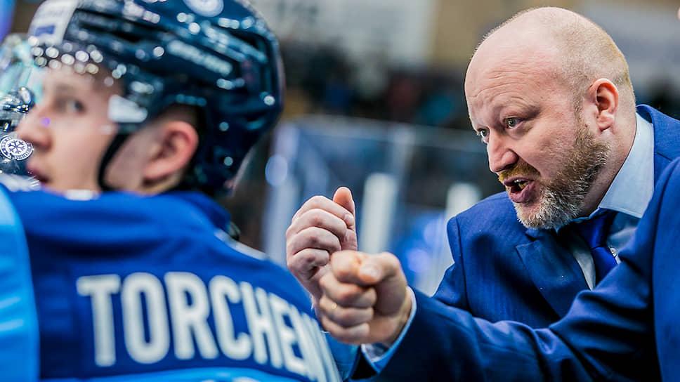 Главный тренер «Сибири»Николай Заварухин во время матча с «Амуром»