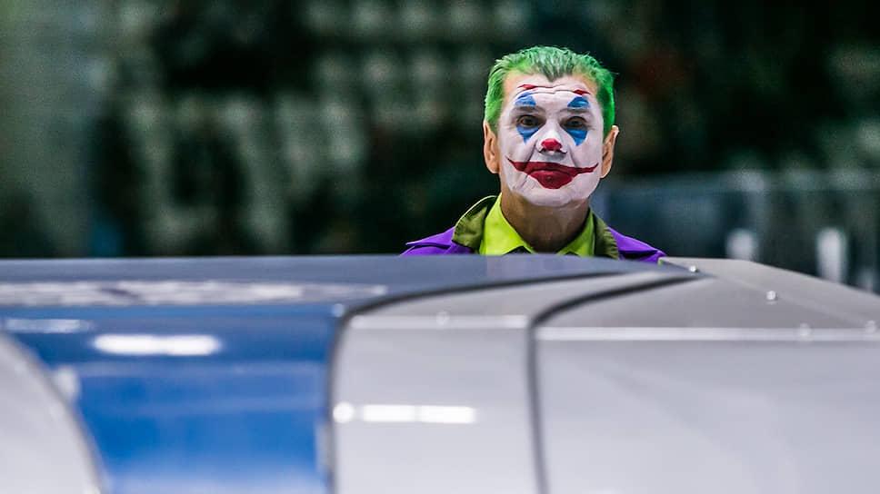 Работник ледового комплекса «Сибирь» в костюме Джокера