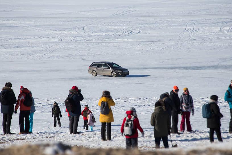 Туристы на острове Ольхон на Байкале