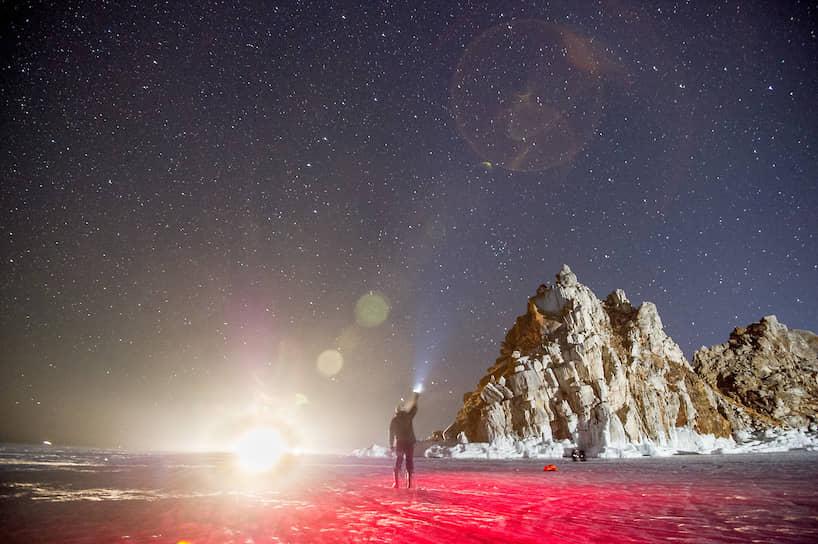 Фотографы снимают звездное небо на острове Ольхон на Байкале