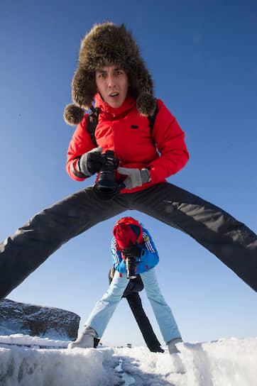 Туристы на острове Ольхон рассматривают большую трещину во льду, образовавшуюся в результате небольших землятресений