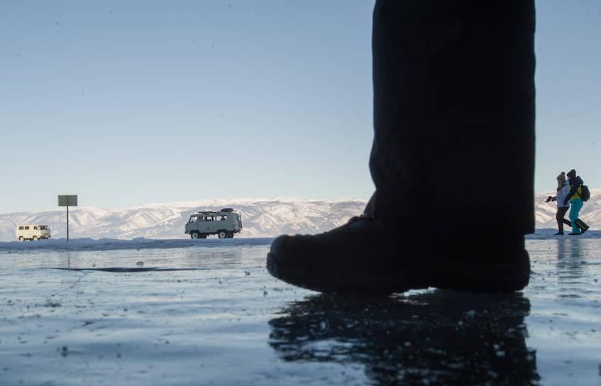 Нога туриста на льду Байкала