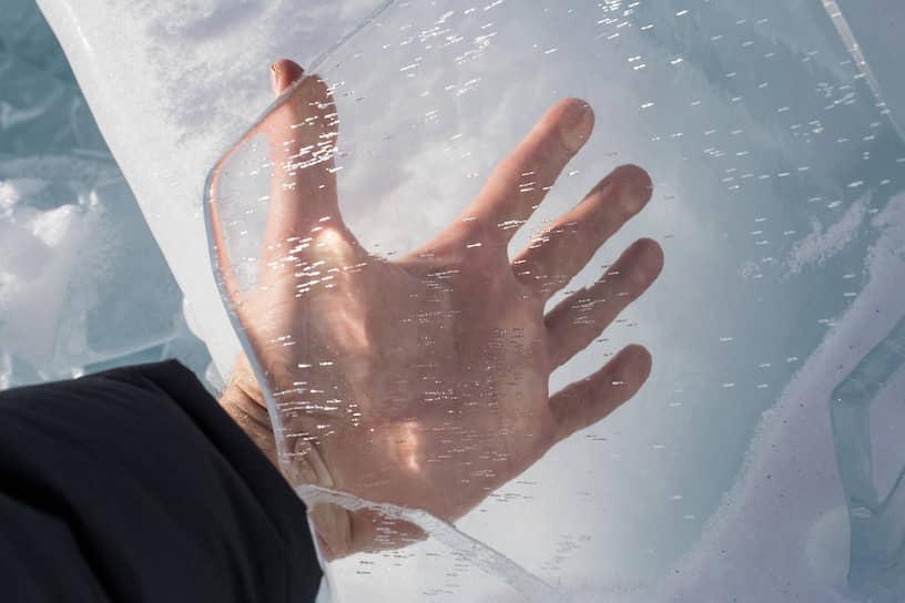 Прозрачный ледяной торос на берегу Байкала