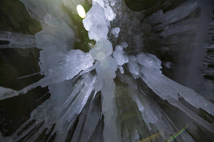 Ледяные сталактиты в гроте на побережье Байкала