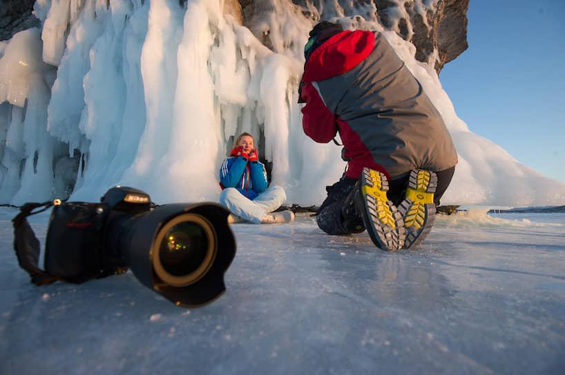 Участники всероссийского фотоплэнера «Байкал для каждого» во время фотосъемок на берегу Байкала