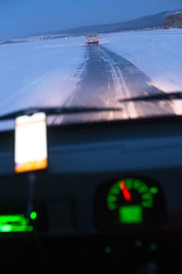 Вид из окна автомобиля во время движения по ледяной переправе на Байкале