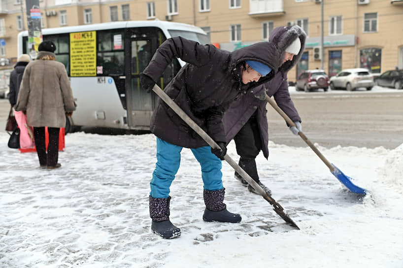 Уборка снега на улицах Омска