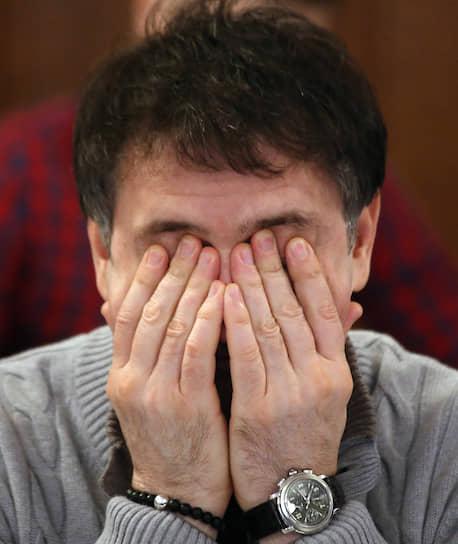 Дмитрий Асанцев, руководитель депутатского объединения «Единая Россия»,  закрывает руками лицо во время заседания президиума партии в малом зале Законодательного собрания Новосибирской области