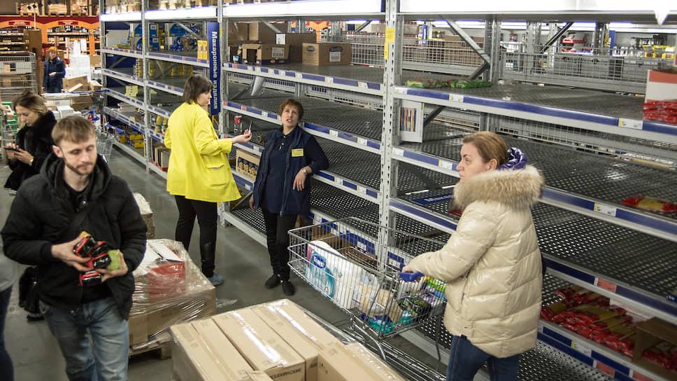 В Сибири ряд ритейлеров сообщил о резко возросшей покупательской активности. В некоторых магазинах полки буквально опустели.