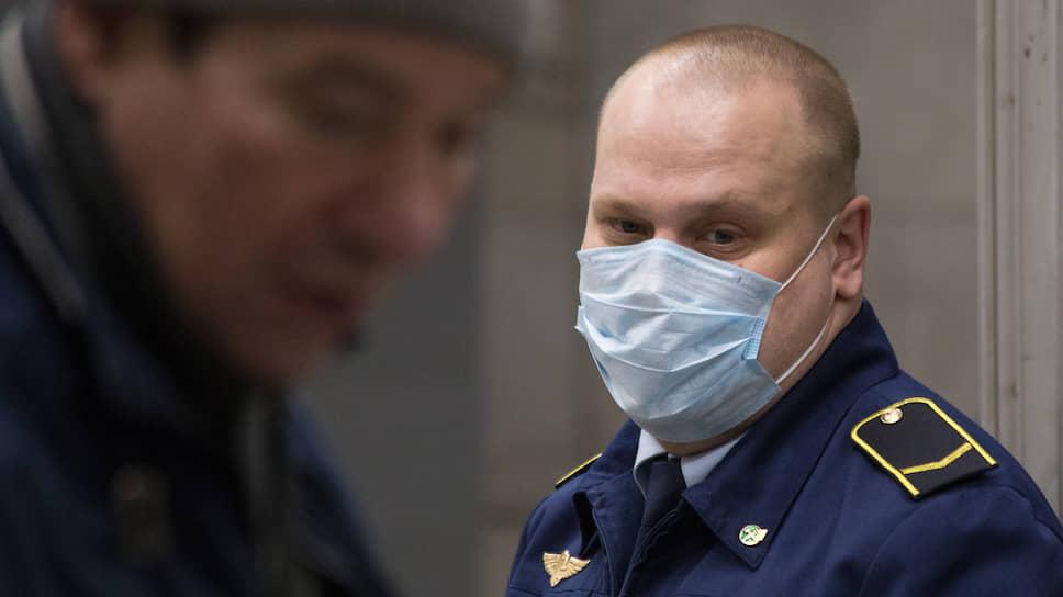 В новосибирском метро установлено почти 50 бактерицидных облучателей закрытого типа. Все сотрудники метрополитена носят медицинские маски