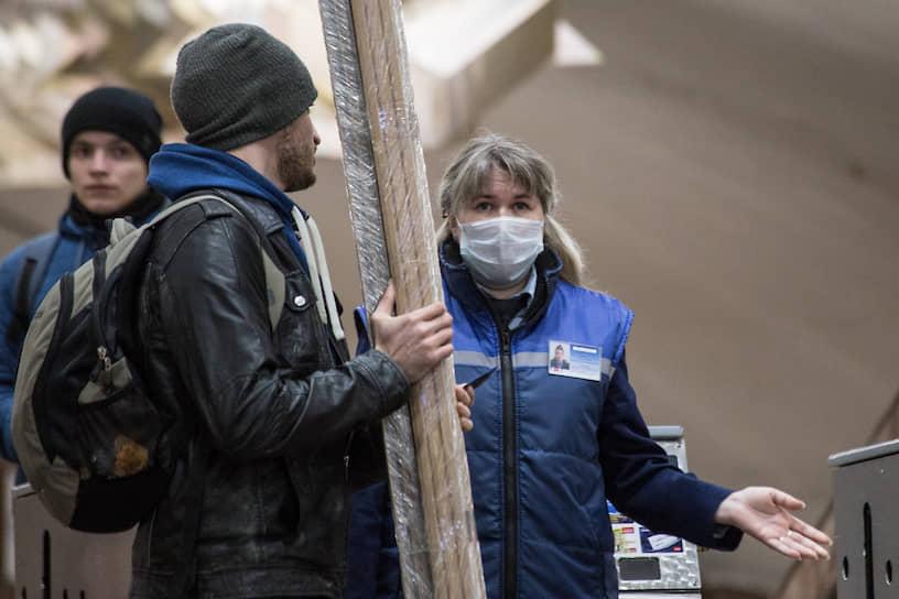 Пресс-служба Новосибирского метрополитена сообщила, что проводятся все необходимые мероприятия для предотвращения возникновения угрозы заражения коронавирусом.