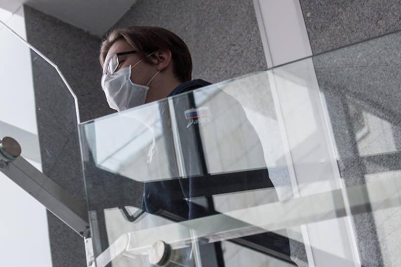 До объявления карантина студенты и преподаватели НГУ посещали занятия в медицинских масках