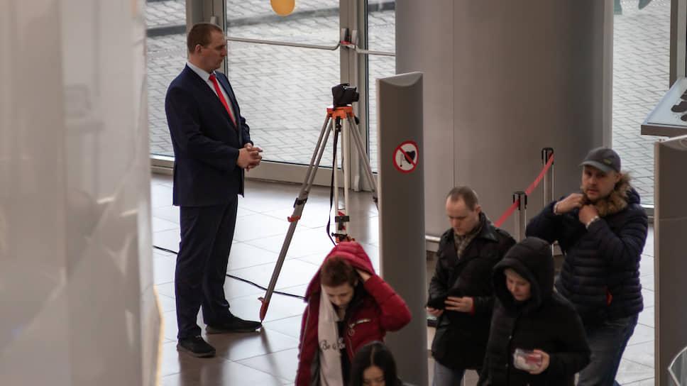 Тепловизор в новосибирском ТРЦ «Галерея» установили в рамках профилактики коронавируса. Специальный прибор для выявления покупателей с повышенной температурой поставили на входе торгового центра