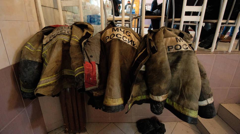 Пожар был локализован в 23:45 25 марта. Замгубернатора Кемеровской области Владимир Чернов заявил, что в ТРЦ была масса нарушений, в том числе двери в кинотеатр были закрыты. На фото: Форма сотрудников МЧС во время ликвидации последствий пожара в торговом центре