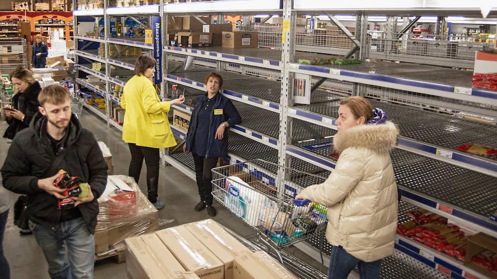 На фоне распространения коронавирусной инфекции люди отправились в магазины, чтобы запастись продуктами. Многих ждал неприятный сюрприз — полки в супермаркетах опустели