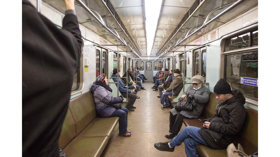 Люди в вагоне метро держат дистанцию в рамках мер предосторожности и профилактики против коронавируса COVID-19 в Новосибирске