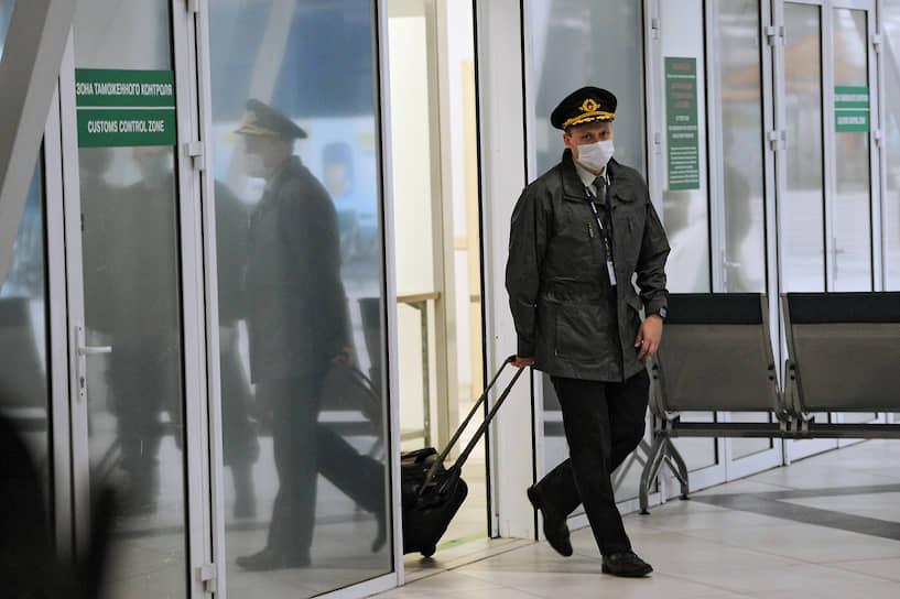 Правительство на днях приняло решение выделить для помощи россиянам за рубежом 500 млн руб. Но кто и как будет распределять эти средства, а также выделены ли они уже, ни в одном ведомстве объяснить не могут. На фото: пилот рейса Бангкок - Новосибирск на выходе из таможенной зоны после прохождения медицинской комиссии