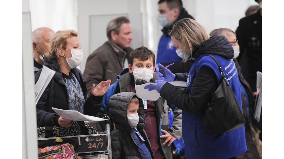 Впервые ограничения на прилет граждан из-за рубежа были введены 31 марта: 500 человек в день в Москву и 200 — в регионы. На фото: сотрудники социальных служб и транспортной полиции распределяют пассажиров по автобусам для доставки в обсерваторы Новосибирска