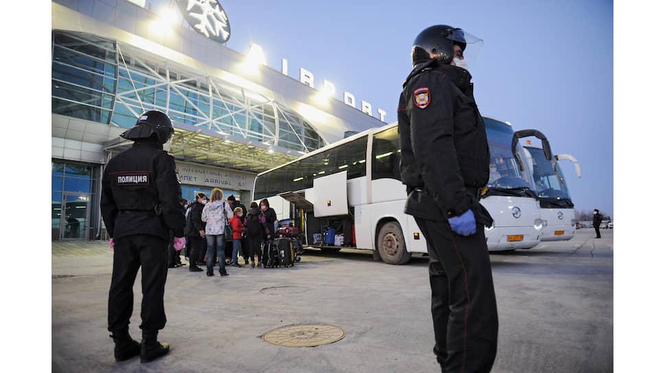 Россия прекратила ограниченное еще несколько дней назад возвращение граждан из-за рубежа 3 апреля. Вернувшихся из-за границы российских туристов принудительно отправили в обсерваторы. На фото: сотрудники полиции и росгвардии оцепили транспортную колонну