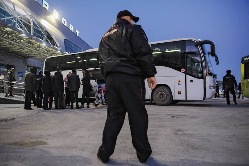 Сами пассажиры жалуются, что их поставили перед фактом изоляции в санатории. В своих сообщениях, опубликованных в соцсетях, некоторые из них высказывают недовольство предоставленными им номерами, отсутствием Wi-Fi