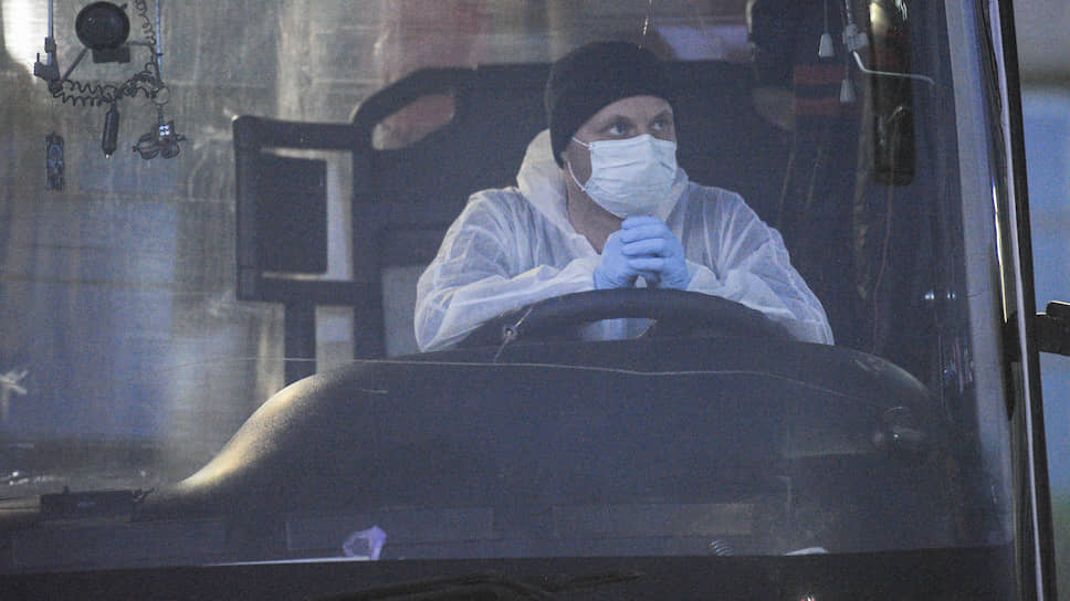 Суд города Обь также поместил на принудительную изоляцию четырех пассажиров, двое из которых путешествовали с несовершеннолетними детьми. На фото: водитель автобуса, который везет пассажиров рейса Бангкок – Новосибирск в один из городских обсерваторов